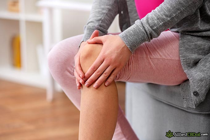 Best CBD oil for pain: a person with a hurting knee.